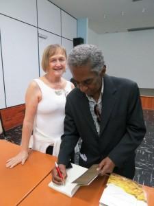 Joel autografa livro para Elisa Milech