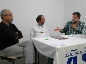 Eduardo Serra se dirige a Luís Edmundo observado por Jacques Gruman