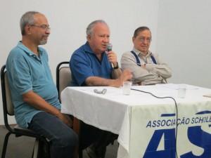 Carlos Acselrad (com o microfone), Gabriel Lacerda (à direita) e o diretor Jacques Gruman