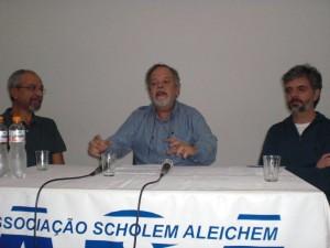 Marcio Scalercio entre Sergio Rodrigues (à dir.) e o diretor Jacques Gruman