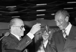 Menahem Beguin e Anuar Sadat, Assuan, 18-01-1980