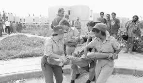 Soldadas retiram mulher da colônia de Yamit, abr. 1982, F. Ouzi Keren, Haaretz