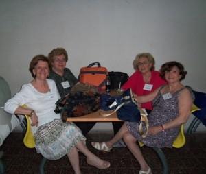 Num dos intervalos do Congresso, a partir da esq.: professoras Regina Igel, Nancy Rozenchan, Eva Blay e Anita Novinsky