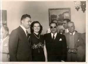 Elias e Estella Bondarovsky recebem o gov. Amaral Peixoto (de óculos escuros) e outros correligionários do PSD, déc. de 1950