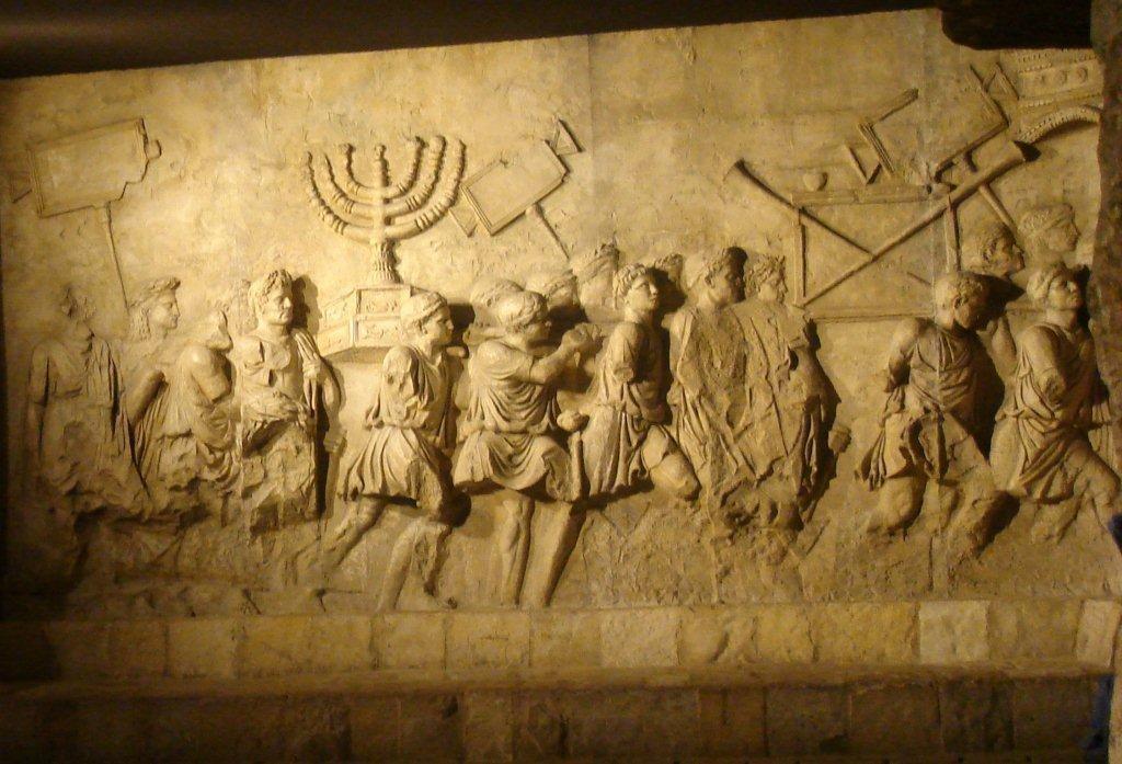 Detalhe do Arco de Tito retrata a Menorá e outros despejos retirados do 2º Templo