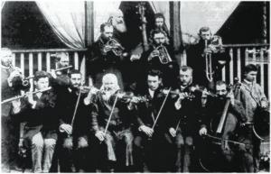 Orquestra Klezmer da família Szpilman, formada provavelmente em 1870: no centro, de barba branca tocando violino, Israel Szpilman, avô de Samuel (por sua vez, avô de Ricardo) e de Wladislaw, o pianista do filme de Roman Polansky; à direita, o pai de Samuel, Reuwen. Ao fundo, tocando contrabaixo, Zile, irmão gêmeo de Israel - Ostrowitz, Polônia, cerca de 1900