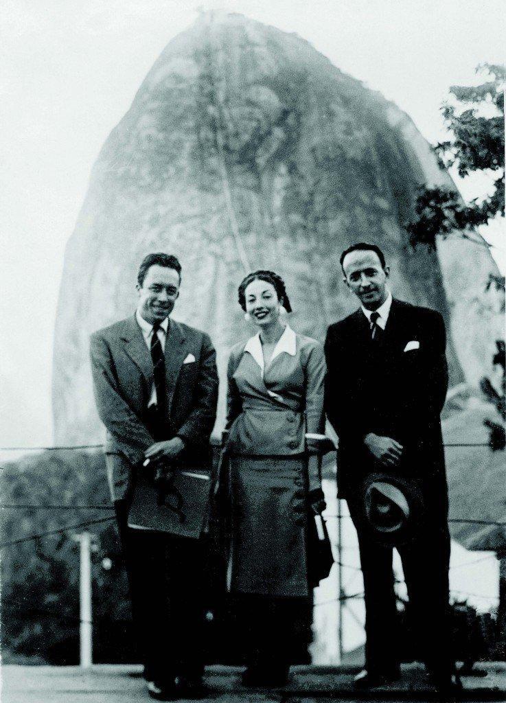 Albert Camus (à esq.), Maria da Saudade Cortesão e Murilo Mendes, com o Pão de Açúcar ao fundo- 1949