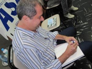 Chico Otavio autografa o livro após o debate