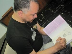 Aloy Jupiara autografa Os porões da contravenção