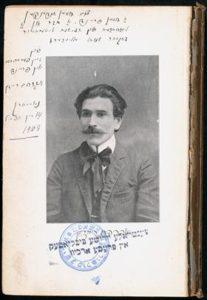 Retrato de Reisen no frontispício de Shriftn, 1908