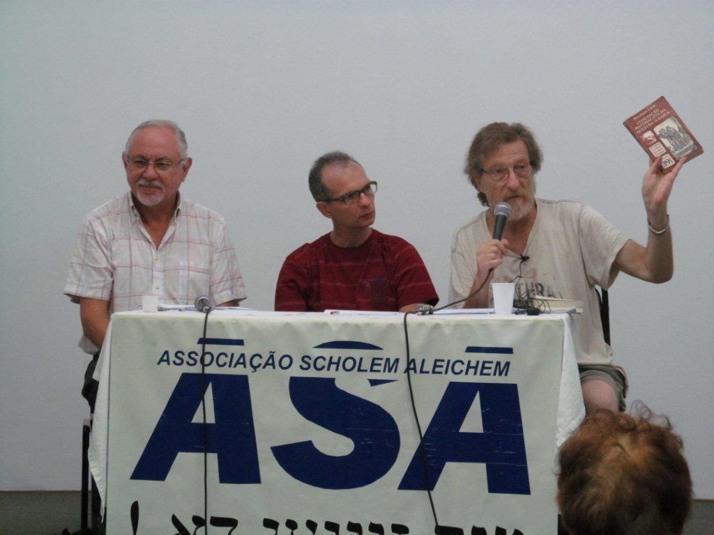 """O professor Bernardo Sorj (esq.) e o dirigente do PSTU Alejandro Marcelo Itzik debatem na ASA """"As esquerdas e o antissemitismo"""", 17-3-2013"""
