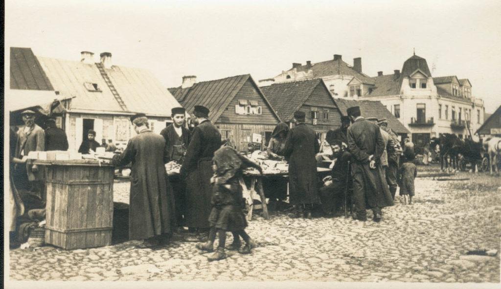Velho mercado judeu no centro de Ostrow Mazowietska, final séc. 19- início séc. 20
